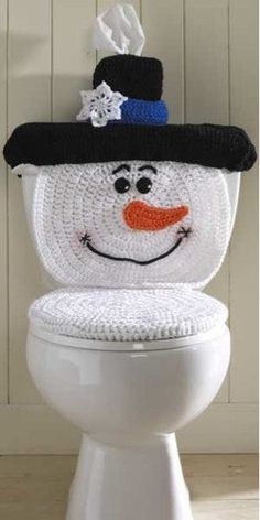 Original Design by: Maggie Weldon Skill Level: Easy Size: Toilet Cover fits most standard household toilets. Kleenex cover is for square tissue boxes. Hot or Craft Glue(optionaChristmas crochet patterns -- These cute Santa&Snowman Toilet Cover sets w Crochet Santa, Crochet Snowman, Holiday Crochet, Crochet Home, Crochet Crafts, Crochet Projects, Free Crochet, Knit Crochet, Snowman Crafts