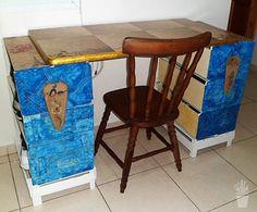 Mesa com caixotes e pintura