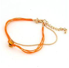 Dubbel armbandje bestaande uit een fijn goudkleurig bolletjesketting armbandje en een armbandje gemaakt van oranje mouline met een mooie, facet geslepen glaskraal. Dit armbandje is heel leuk te combineren met diverse andere armbanden. Het armbandje heeft een lengte van 17 cm en heeft een verlengkettinkje van 3,5 cm. Zie afbeelding.