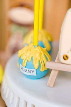 Kara's Party Ideas Rustic Chic Classic Winnie the Pooh Party Winnie The Pooh Honey, Winnie The Pooh Themes, Winnie The Pooh Cake, Winne The Pooh, Winnie The Pooh Birthday, Honey Jar Favors, Babyshower, Recipe For Teens, Cake In A Jar