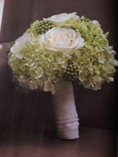 Schöner Brautstrauß ganz klassisch in weiß - grün
