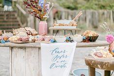 Destination wedding  leve, sustentável, DIY e pé na areia na Ilha do Mel – Pri Buffets, Luau, Place Cards, Place Card Holders, Table Decorations, Diy, Kids Birth, Religious Ceremony, Wedding Showers