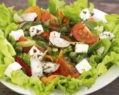 Salade aux tomates, carottes et fromage allégé : http://www.fourchette-et-bikini.fr/recettes/recettes-minceur/salade-aux-tomates-carrottes-et-fromage-allg.html
