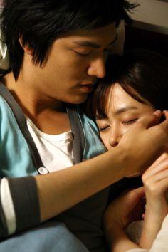 """Comienza una tormenta eléctrica y Gae In asustada, va al cuarto de Jin Ho para quedarse allí. Más tarde, ella se queda dormida en sus brazos: """"¿Has olvidado que soy un hombre? Si sigues haciendo esto, lo haces más difícil para mí."""" La acaricia y le da un beso en la frente, el cual es el tipo de beso llamado un ejemplo de """"fe y confianza."""" - Personal Taste, Episodio 13"""