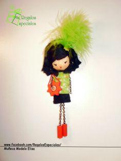 Muñeca Broche verde, roja y negra; con detalle de plumas.  www.facebook.com/RegalosEspeciales