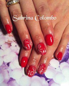 Natale ... Copertura in gel su unghie naturali colore rosso e nail art di fiocchi di neve bianchi