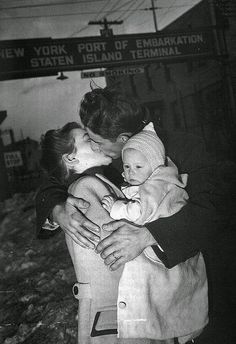 From welcome home to goodbye kisses, or victory kisses... these 20 romantic vintage photos below will take your breath away      This sailor...