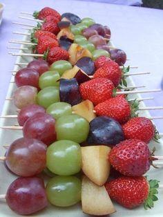 Brochetas de fruta maceradas. Ver la receta http://www.mis-recetas.org/recetas/show/34674-brochetas-de-fruta-maceradas