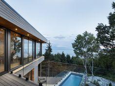 Direction le Canada, dans une magnifique maison située à quelques kilomètres au-dessus de la Ville de Québec, le long du Saint-Laurent. L'habitation, totalement immergée en pleine nature, offre ... #maisonAPart