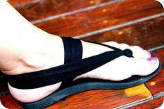 Hip Brown Things: Up-cycle your Flip Flops Tutorial - Hip Brown Things: Up-cycle your Flip Flops Tutorial Fabric Flip Flops, Flip Flop Craft, Shoe Refashion, Beach Flip Flops, Flip Flops Diy, Crochet Flip Flops, Old Shoes, Flip Flop Shoes, Crochet Shoes