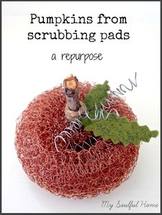 Pumpkins from Scrubbing pads a repurpose. Get the easy tutorial & make these darling pumpkins!