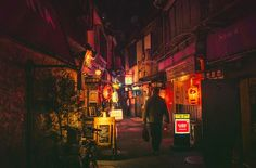 日本人にとっては、ものすごく身近な「夜の路地裏」。でも、海外の人の目には、光り輝く看板や赤い提灯がとても新鮮に映るのだそう。実はいま、涌井真史さんが撮影した「路地裏夜景」の写真が、海外で大人気。見慣れたはずの風景も、こうして写真として切り取ると、確かに味があります!これぞまさに、古きよき東京。「赤提灯」って、なんでこんなにホッとするんでしょうね?…というわけで、ここからはこうした写真を一挙に...
