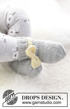 Little miss ribbons mittens / DROPS baby - free knitting patterns by DROPS design : Little miss ribbons mittens / DROPS baby – free knitting patterns by DROPS design Baby Knitting Patterns, Baby Hats Knitting, Knitting For Kids, Baby Patterns, Free Knitting, Crochet Patterns, Baby Hat And Mittens, Crochet Baby Mittens, Crochet Baby Blanket Beginner