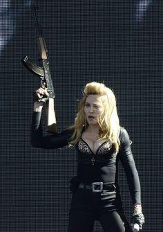 http://i1-news.softpedia-static.com/images/news2/Madonna-Refuses-to-Remove-Guns-from-Show-Despite-Controversy-