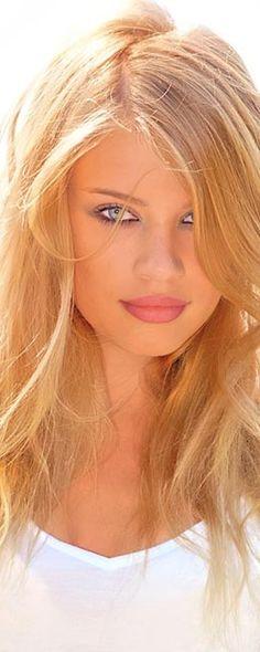 Xenia Tchoumitcheva është modele e modës, prezantuese emisionesh dhe aktore nga Rusia. Ajo ka lindur në gusht të viti 1987 dhe jeton në Zvicër...