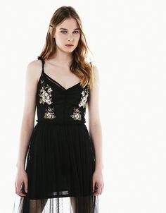 Vestido midi plumeti parches flores. Descubre ésta y muchas otras prendas en Bershka con nuevos productos cada semana