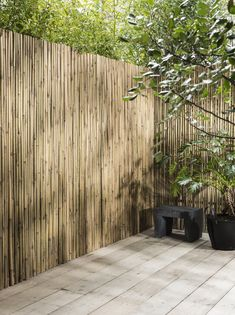 Bamboo Fence for Fresh and Natural Look Moroccan Garden, Natural Fence, Outside Room, Building A Fence, Fence Lighting, Garden Deco, Bamboo Fence, Backyard Fences, Back Patio
