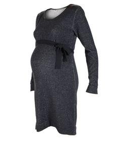 Deze gebreide positie jurk van Prenatal heeft een print die een jeans effect geeft. De positie jurk heeft imitatie lederen details. Het model is verkrijgbaar van maat S t/m XL.