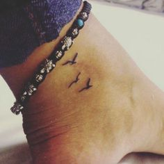 tatuajes-pequeños-de-tres-pájaros-en-el-tobillo-de-mujer-pulsea-de-pie-con-tortugas Dream Tattoos, Cute Tattoos, Small Tattoos, Baby Tattoos, Mini Tattoos, Body Art Tattoos, Mama Tattoo, Tatoo, Small Birds
