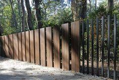Nietypowe ogrodzenie i brama bez widocznych poziomych element& & Modern Wood Fence, Modern Fence Design, Tor Design, Gate Design, Modern Entrance, Entrance Gates, Casa Art Deco, Boundary Walls, Shade Structure