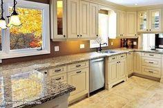Типичные ошибки при ремонте кухни:  1. Слишком протяженная рабочая поверхность Если площадь кухни большая, велик соблазн выстроить всю мебель в ряд вдоль стены. Но в результате процесс готовки превратится в череду спринтерских забегов от одного конца кухни до другого. Если планировка помещения позволяет, лучше выбрать «остров» или П-образную конструкцию: площадь рабочей поверхности та же, но бегать никуда не нужно. Вершины так называемого «рабочего треугольника» — мойка, плита и холодильник…