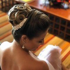 Discover penteadossonialopes's Instagram Boa tarde ❤️ #PenteadosSoniaLopes ✨ . . . #sonialopes #cabelo #penteado #noiva #noivas #casamento #hair #hairstyle #weddinghair #wedding #inspiration #instabeauty #penteados #novia #inspiração #cabeleireiros #lovehair #videohair #curl #curls #noivasdobrasil #vireinoiva #noivassp #noivas2017 #noivas2018 #cabelos #cursosdepenteados 1648787449659743086_1188035779
