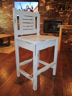 Free plans to build vintage bar stools! Diy Bar Stools, Vintage Bar Stools, Diy Stool, Diy Chair, Bar Chairs, Wooden Projects, Furniture Projects, Furniture Plans, Wood Furniture