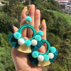 (Vendidos)Hermosos aretes combinados para usar estos carnavales, que combinacion te gustaría? Comenta para crear colores juntos 🙋‍♀️🙋‍♀️🙋‍♀️👇🏻👇🏻👇🏻👇🏻#enfemeninoaccesoriospty #tulopidesnosotroslocreamos #panama #verano #moda Thread Jewellery, Tassel Jewelry, Fabric Jewelry, Diy Jewelry, Beaded Jewelry, Jewelery, Jewelry Accessories, Handmade Jewelry, Jewelry Making