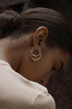 Bijoux – Tendance : Small or medium gold hoop earrings Gold Jewelry, Diamond Earrings, Jewelry Accessories, Fine Jewelry, Fashion Accessories, Snake Earrings, Silver Earrings, Small Gold Hoop Earrings, Double Earrings