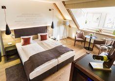 WINZER ZIEHEN INS HOTEL Der Althof Retz im Weinviertel hat neue Zimmer bekommen. Für einige haben ausgewählte Winzer aus der Region die Patenschaft übernommen.