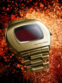 In 1970, Hamilton changed the way the world told time with the debut of the Hamilton Pulsar. Fifty years later, the Hamilton PSR celebrates the launch of that revolutionary first digital watch. Today, an hybrid display and a stainless steel case bring this game-changing invention back to the future.