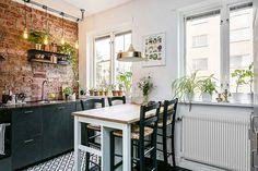 Üvegfallal elválasztott háló nőies és kontrasztos elemek fekete padló tégla egy 35m2-es kis lakásban