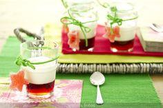Vasos de yogur y gelatina de frambuesas