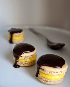 Miss Hangrypants: Boston Cream Pie Macarons - 10 Classic American Desserts Macaron Filling, Macaron Flavors, French Macarons Recipe, French Macaroons, Meringue, Fun Desserts, Delicious Desserts, Biscuits, Boston Cream Pie