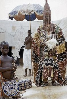 Africa | Oba Ademuwagun Adesida II, the Deji (ruler) of Akure, in courtyard of Akure palace, Akure, Nigeria | ©Eliot Elisofon. 1959.