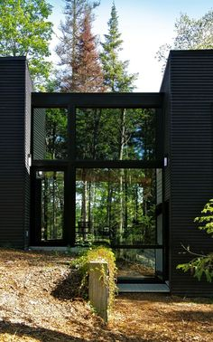 Geometry in Black by Yiacouvakis Hamelin Architectes. Modern home Architecture Art Et Architecture, Amazing Architecture, Black Building, Lofts, Black House, My Dream Home, Interior And Exterior, Exterior Siding, Bungalow