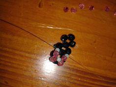 la base de la bague 3 fleurs de plus près réalisée en perles à facettes