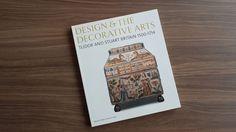 El museo Victoria & Albert de Artes Decorativas fue el primero en su género en el mundo, posee la colección más grande sobre este tema y genera año con año valiosos materiales y libros en torno a las piezas que resguarda http://www.podiomx.com/2016/06/martes-de-libro-el-diseno-y-las-artes.html