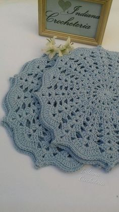 Gorgeous croche sousplats in baby blue color! for you that like to receive with refinement or to give. Game with 4 pieces. Each sousplat measures Note: I accept orders for game of 6 and 8 pieces in the color you wish. Crochet Mat, Crochet Dollies, Crochet Doily Patterns, Crochet Squares, Crochet Home, Love Crochet, Beautiful Crochet, Crochet Designs, Crochet Flowers
