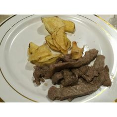 Straccetti di manzo marinati alla Grappa Diciotto Lune accompagnati da chips croccanti