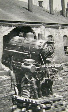 vintage everyday: 15 Vintage Photos of Terrible Steam-Train Accidents That's Hard to Explain Abandoned Train, Abandoned Places, Bonde, Old Trains, Vintage Trains, Train Pictures, Train Engines, Steam Locomotive, Train Tracks