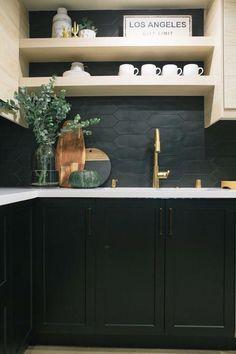 tiles Black Kitchen Design with Black Cabinets and Black Tile Backsplash Best Kitchen Design, Interior Design Kitchen, Nice Kitchen, Green Kitchen, Black Kitchen Decor, Awesome Kitchen, Kitchen Tiles, Kitchen Colors, Kitchen Cabinets
