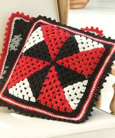 Pinwheel, free pattern from Red Heart #crochet #granny_square #tricolor