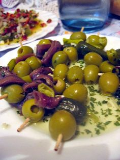 Aperitivo para abrir el apetito a base de pepinillo, guindilla y anchoas. Ingredientes: Pepinillos en vinagre, guindillas, an...