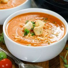 Homemade Tomato Soup (Fresh Tomatoes) {Easy & Fast} - Spend With Pennies Crockpot Tomato Soup, Easy Homemade Tomato Soup, Best Tomato Soup, Roasted Tomato Soup, Tomato Soup Recipes, Homemade Chili, Veg Recipes, Tomato Soup From Scratch, Tomato Bisque Soup
