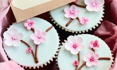 Mooie cupcakes met bloemtakjes. Lief met kleine roze en witte bloemetjes.