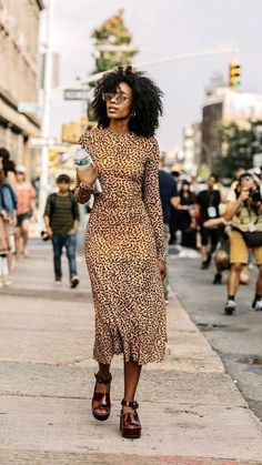 25 of the Coolest Animal Print Dresses This Season (Le Fashion) 25 dos melhores vestidos estampados Street Style Trends, Looks Street Style, Fashion Mode, Look Fashion, Fashion Outfits, Womens Fashion, Fashion Trends, 70s Fashion, Korean Fashion