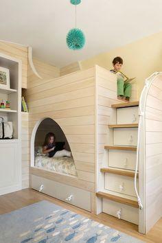 Stanza bambini condivisa tra fratello e sorella, molto particolare e realizzata interamente su misura a forma di barca stilizzata - le scale hanno anche la funzione di contenitori