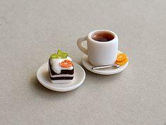 Всем доброго времени суток! Это мой первый мастер-класс здесь, на ЯМ. Поэтому если что-то не так, исправлю))) Хочу поделиться с вами своим способом создания миниатюрной посуды из полимерной глины. Делать будем чашечку чая и пирожное на блюдце. Приступим. Нам потребуется: - полимерная глина белого и шоколадного цветов; - металлические насадки для шприца-экструдера (будут использоваться в качестве…