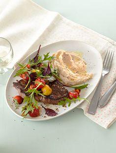 Steak mit bohnenpuree und warmem tomatensalat
